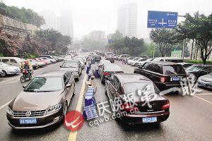 沙坪坝凤天路易城国际支路中间隔离栏停满了车辆,6车道挤成了两车道。