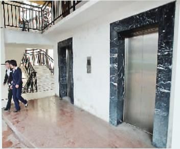 这处电梯多年停运,居民只好爬几百步台阶上下。
