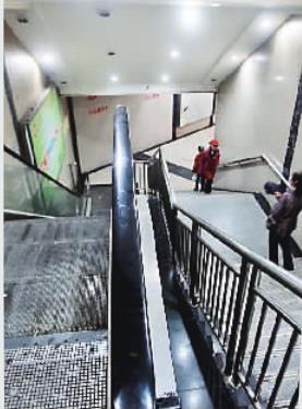 这处扶梯坏了多年,成为摆设。
