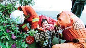 消防对卡在背篓里的小孩施救