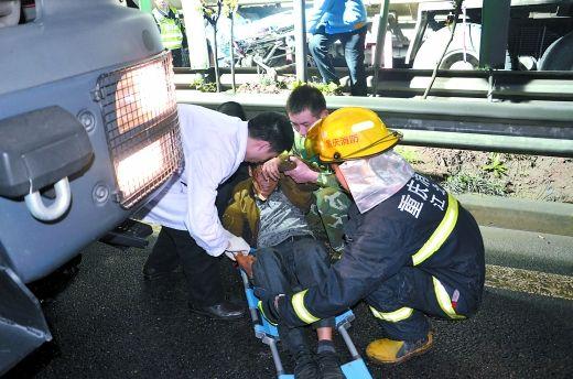 集装箱车司机黄师傅获救。