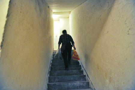 昨日,旭东佳天下小区电梯停运,住户通过楼道出行。