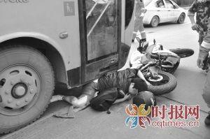 摩托车司机被卡在公交车右前方,无法动弹