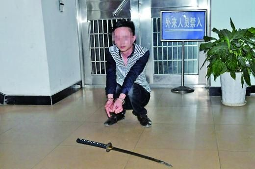 吴某以为老婆与哥们有染,便提着刀前去恐吓,因涉嫌非法携带管制器具被拘留