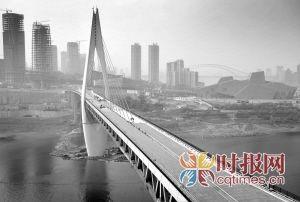 昨日,千厮门大桥仍在进行涂装工程