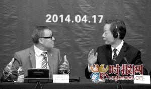 """昨日,""""智慧城市""""论坛正式开幕,重庆市政府副秘书长艾扬与苏黎世州州长恩斯特·施多克在会议上交谈"""