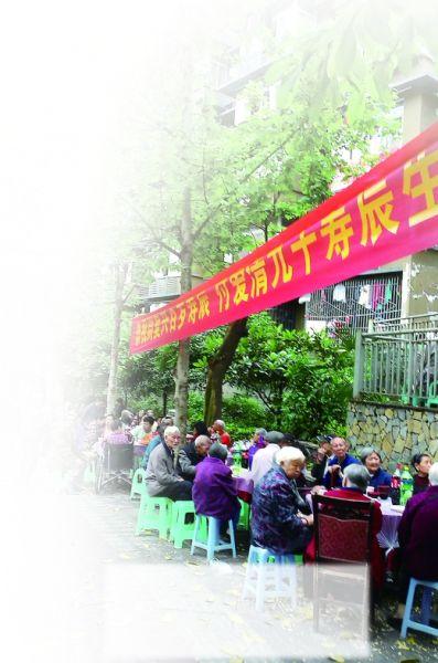 前天,大坪天灯堡社区给二老庆生,很多街坊来沾喜气