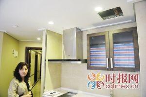 南滨路某小区,刘小姐花上百万买的样板房还存在装修问题,抽烟管道无法排烟