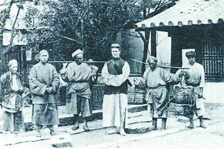 约1894年,澳大利亚人乔治·厄内斯特·莫理循与几名重庆挑夫的合影。