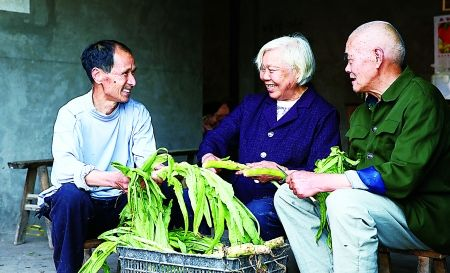 王顺江和前岳父岳母在一起。