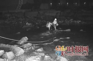 小伙凌晨大桥下钓鱼 3小时后陆路变水路回不来