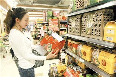 """离端午节还有20天,各大超市的各种盒装、散装粽子纷纷上市。粽子价格本来就在逐年下跌,今年比去年同期又降了15%-20%。多数盒装礼品粽均价也由百元档降至几十元档。 不过,记者走访发现,与往年粽子大量上市黄牛满地不同,今年的粽子券黄牛几乎都不见了。原来,今年的粽子价格大部分已回到50-100元,很多黄牛都喊利润太薄,不愿做了。 包装简化,价格下降 在南坪江南商都超市,超市工作人员用金黄色的上百盒礼盒粽和袋装粽做出了龙抬头的造型,非常大气。在南坪家乐福,超市工作人员在粽子街上搭起了茅草屋顶,绿底白字的""""粽""""字招牌高高挂起,看起来非常显眼,乡土气息非常浓。 今年,各大品牌盒装、散装粽子的包装基本上以纸盒为主,盒内就是真空包装的粽子,有的有盐蛋,粽子的价格也很""""亲民"""",盒装礼盒粽50-100元是主流,袋装粽每袋(2-8个不等,约300克),价格在12-18元左右。 在南坪商都、家乐福等超市,盒装粽子一般价格都在几十元到一百多元不等,很多品牌最贵的一款粽子也就300多元,上千元的天价粽难见踪影。 嘉士德食品公司总经理谭雪彬介绍,去年公司推出价位主要在100-200元的盒装粽子,今年推出的同样款价位主要在100元以下。 在各大超市门口,往年和粽子一同出现的,还有倒卖粽子票的黄牛,但是,今年却几乎没有见到黄牛的身影。 """"今年粽子价格太便宜了,没得赚头,不想做了。""""在江北某大型超市门口,手持各商场提货卡的一大姐说,往年他们一般是按照粽子券面额的6折左右收购,7-8折卖出来,但今年最贵的粽子才两三百元一盒,大部分只有几十、一百元左右,赚不到什么钱。 预计销量可能降20% """"今年,部分生产厂家的销量较往年预计少20%左右,有的酒店干脆就不再做粽子了。""""怡园总经理蒋天华表示,今年市民买粽子,恐怕得赶早。 他说,其实今年粽子一上市价格就很便宜,市民完全可以自己到超市买来尝鲜,没必要像往年一样等到最后从黄牛手中低价买粽子券;而今年黄牛倒卖的粽子券也不会像往年一样多。 他的说法,也得到部分厂家的证实。""""往年我们这个一袋价格是18.9元,今年是15.9元,降了3元。""""江南商都五芳斋一促销员称,在往年,五芳斋是从不降价的,昨日刚上市,就卖了不少。"""