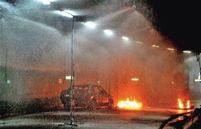 车辆起火后,消防喷淋系统迅速启动。
