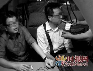 前日凌晨,江北区,熊某(右)在接受民警的酒精检测,经检测,他与李某(左)均处于醉酒状态
