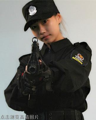 谁说女子不如男,看看沙玉婷的持枪姿势,那可是相当的帅气呢!