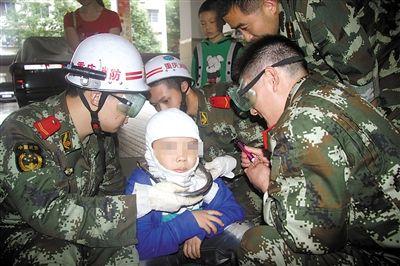消防官兵使用气动砂轮切割机进行救援。
