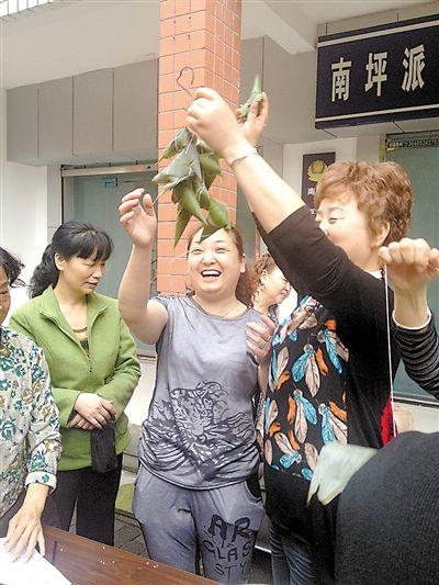 """端午节快到,昨日,南坪东路社区居民们聚在一起,举行了一场包粽子比赛。居民们卷叶、装米、缠线……一个个精致的粽子""""变""""了出来。南坪东路社区党委书记魏丽说:""""这样的活动,既能让大家感受到节日气氛,还拉近了邻里间的距离。"""""""