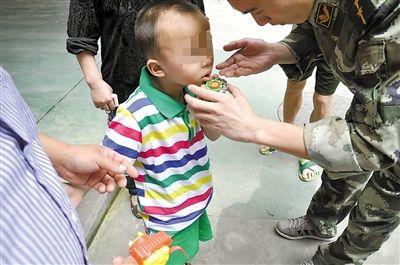 昨天,一男童嘴唇被陀螺卡住,消防官兵1分钟完成救援。