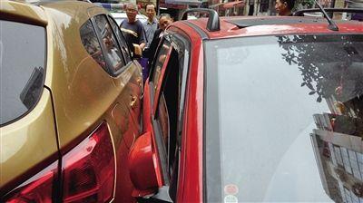 """昨日,渝中区捍卫路一停车场,三轮摩托(右)与SUV""""零距离""""接触。"""