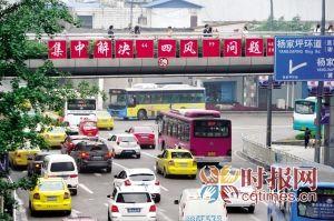 昨日,杨家坪商圈环道车流量很大