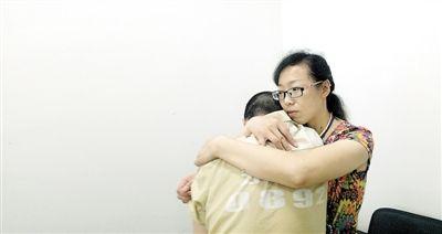 小张在心理干预之后,心理压力得到释放,在心理咨询师怀抱中嚎啕大哭。