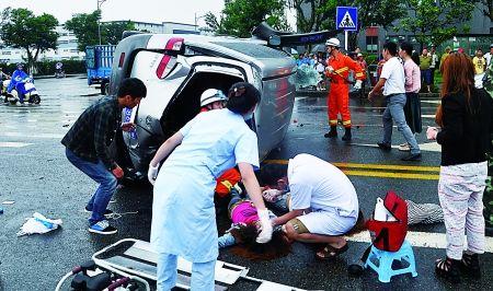 消防官兵和医护人员现场施救