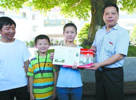 昨日,丰都中学,曾欢从西南大学校长张卫国手中接过录取通知书。