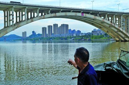 合川,杨全忠在指示女孩跳桥的位置
