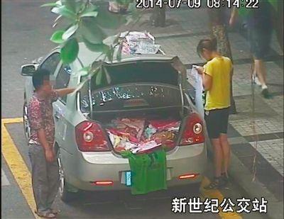 私家车在出租车站停靠,用T恤遮挡车牌摆摊