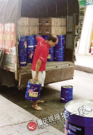 普通货车运送10多桶油漆