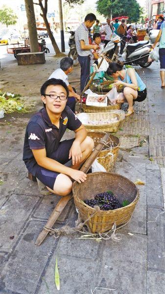 昨日上午,夏刚的葡萄还剩下不到5斤。