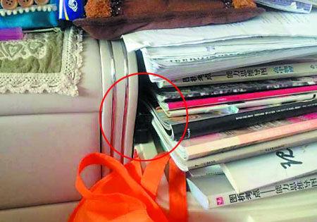 夹在床头和书中间的摄像头