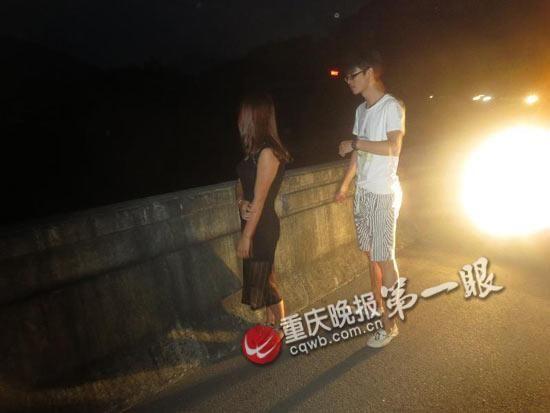 情侣吵架 女孩赌气高速路上拦车