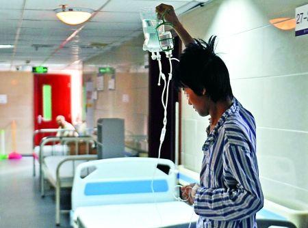 小邓在医院接受治疗