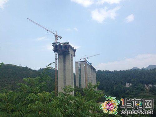 建设中的黔恩高速阿蓬江大桥
