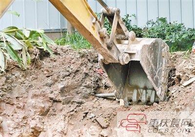 昨日,沙滨路一工地施工时挖爆天然气管道。