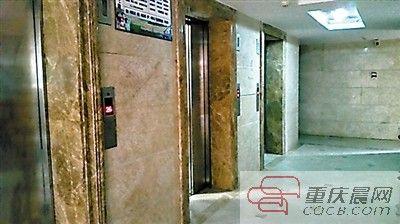 该小区每栋楼有3部电梯。