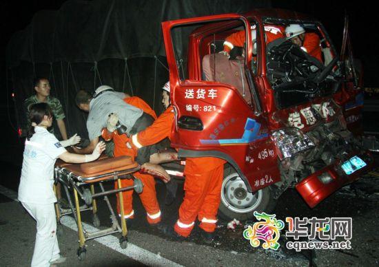渝万高速垫江段两货车追尾 致1人死亡5人受伤