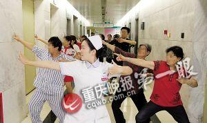 中医科护士正带领患者及其家属做八段锦