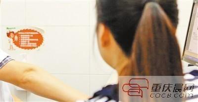 外科男医生正在接诊女病人。