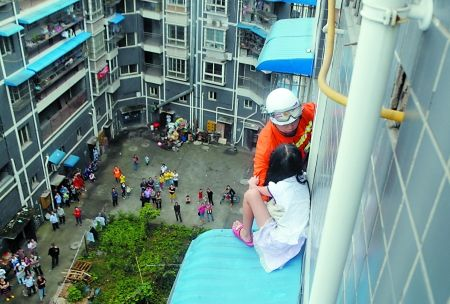 救援人员成功抱住被困小女孩