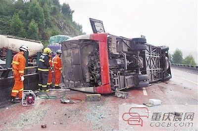 客车侧翻事故现场