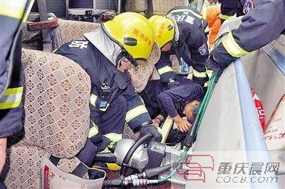 消防官兵对被困人员进行营救