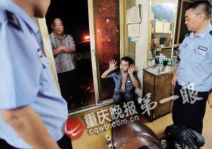 警察来后男子蹲在角落解释