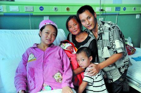 一家人在病房合影