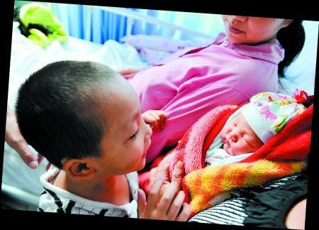 黄海航正看着刚出生的弟弟