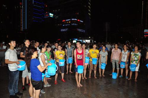 重庆坝坝舞团接力冰桶挑战