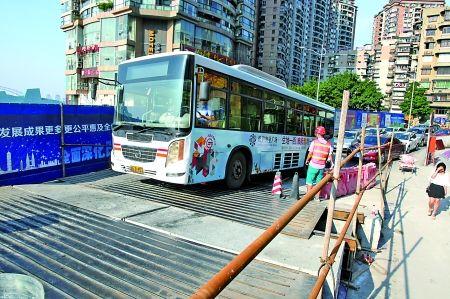 昨日,沧白路,公交车通过钢板搭建的施工便道