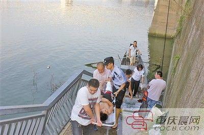 在经过现场急救后,民警用小船将摔断腿的小鹏送上岸并送往医院。