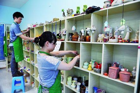 徐超和妻子在整理陶艺作品
